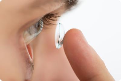 Kuinka piilolinssit laitetaan silmiin?